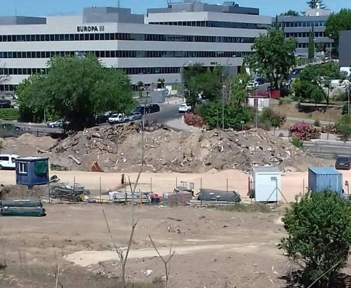 Imagen de las obras de urbanización que ya han comenzado en las parcelas que enlazan la urbanización Cuestablanca con la carretera de Fuencarral