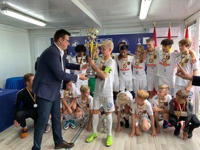 Foto de la entrega del trofeo al campeón de la MFC 2019 por parte de Miguel Ángel Arranz, Vicealcalde de Alcobendas