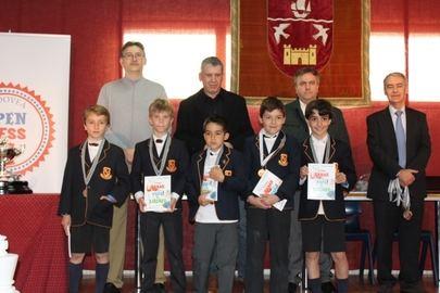 Imagen de los alumnos del colegio Runnymede, ganadores del II Torneo de Ajedrez Open Chess de Madrid celebrado en el colegio Aldovea