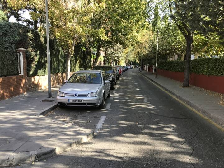Imagen de la calle Margarita, una de las vías del Soto donde cada mañana aparcan vehículos de no residentes en la urbanización.