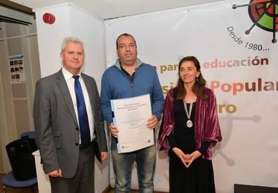 De izqda a drcha: El alcalde de San Sebastián de los Reyes, Narciso Romero, la concejala de Cultura, Pedro Flores, ganador del Certamen y  Miryan Pérez Meliá