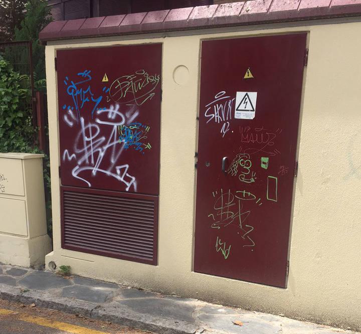 Imagen de una de las fachadas de un contador de la urbanización pintada por los menores identificados por el servicio de seguridad de la urbanización