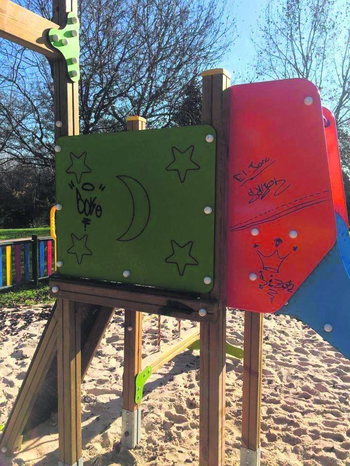 Los grafiteros pintan los bancos del parque del Soto