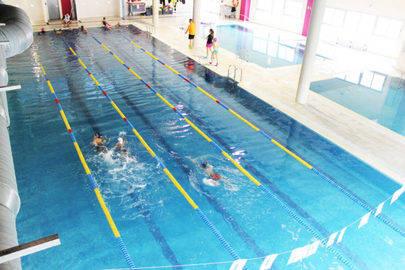 Imagen de la piscina del colegio Estudiantes Las Tablas donde se dan las actividades de la Escuela de Natación