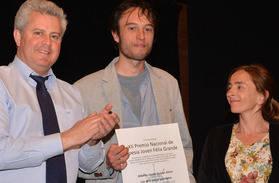Imagen del Alcalde de San Sebasti�n de los Reyes entregando el premio al periodista Alberto Guirao