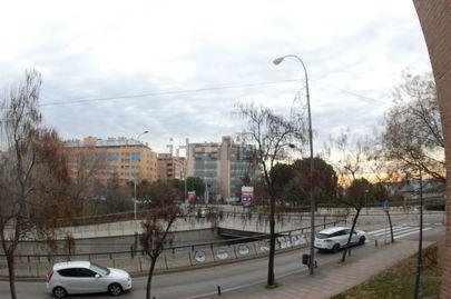 Dos policías nacionales salvan a una mujer cuando se iba a suicidar desde un puente en Alcobendas