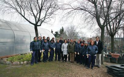 Imagen de un grupo de desempleados contratados por el Ayuntamiento que recibieron la visita del Alcalde y el concejal de Economía.