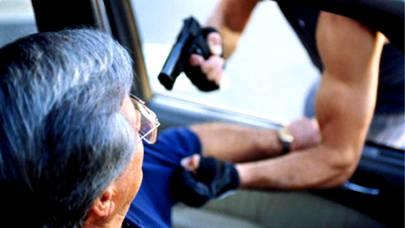 Roban un coche a punta de pistola en un Centro Comercial