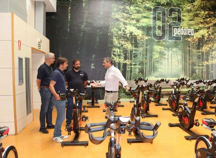 Imagen de la visita del alcalde y el concejal del distrito Norte a sala de spinning donde se han sustituido las bicicletas