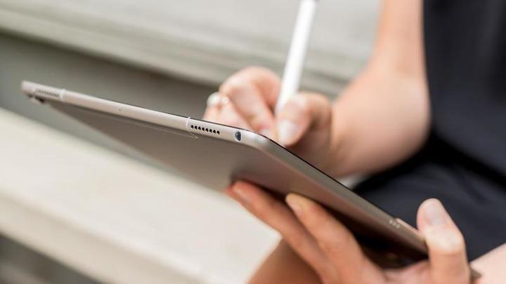 La Comunidad de Madrid entrega 859 tablets a las residencias para facilitar que los usuarios contacten con sus familias