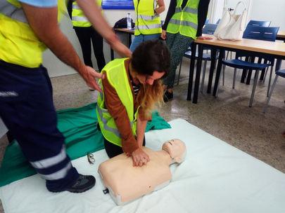 Imagen de un taller de RCP similar al que están recibiendo los alumnos del colegio Base de La Moraleja.