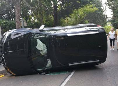 Vuelca un vehículo en la calle Jazmín