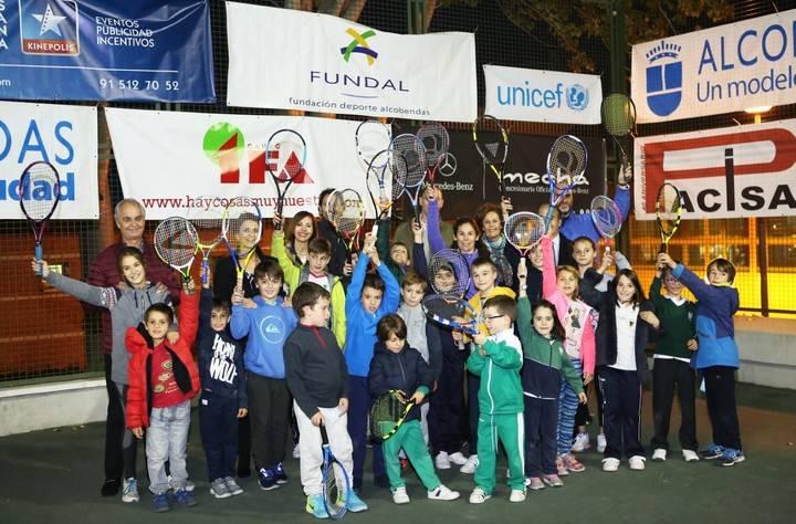 Imagen de las autoridades y organizadores en la foto de grupo con varios de los niños participantes