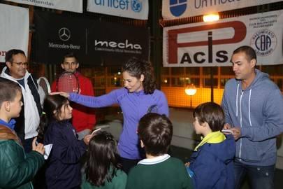 Imagen de Vivi Ruano en el clínic que dio junto a los niños durante el acto de presentación del XVI Torneo Menina